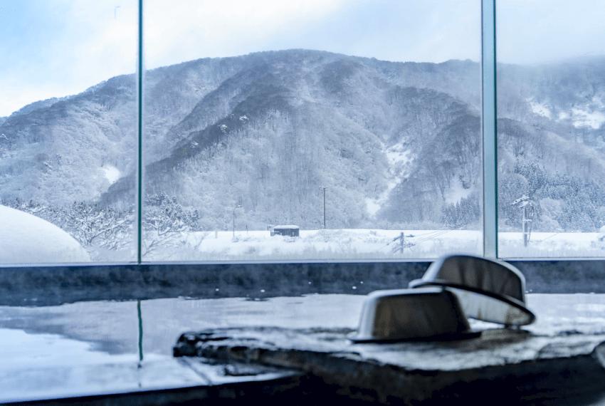 雪景色を眺めながら温泉に入れます