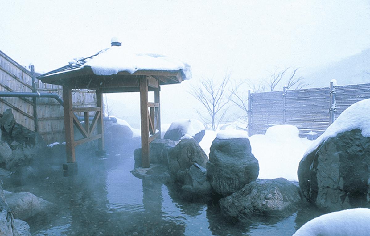 雪に囲まれながら露天風呂にも入れます